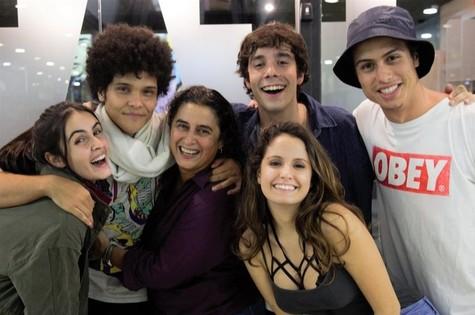 Isabella Secchin com o elenco (Foto: Vinicius Bertoli)