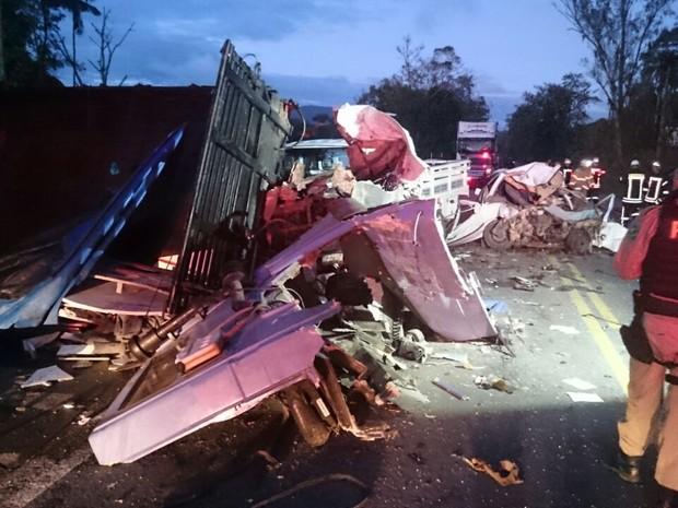 Acidente aconteceu por volta das 6h30 da manhã deste sábado (25) na BR-470 (Foto: Rogério Machado/Divulgação)