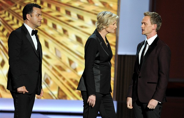 O apresentador Jimmy Kimmel, a atriz Jane Lynch e o apresentador do Emmy Awards Neil Patrick Harris durante a premiação.  (Foto: Kevin Winter/Getty Images/AFP)