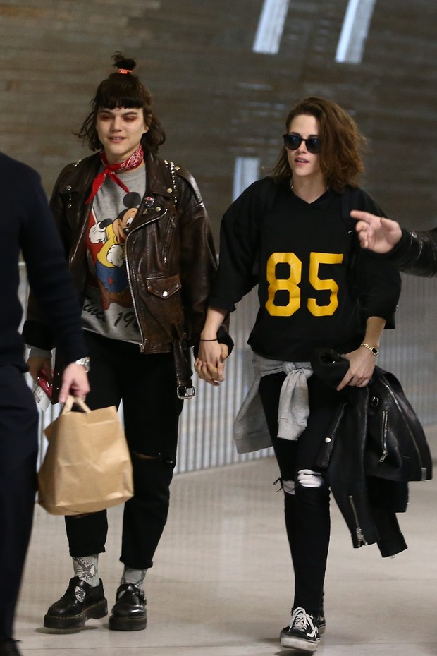 Kristen Stewart e namorada (Foto: AKM)