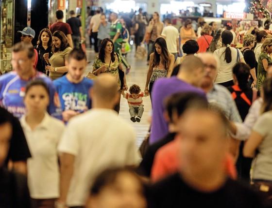 Pessoas em corredor de shopping center. (Foto: GABRIELA BILÓ/ESTADÃO CONTEÚDO)