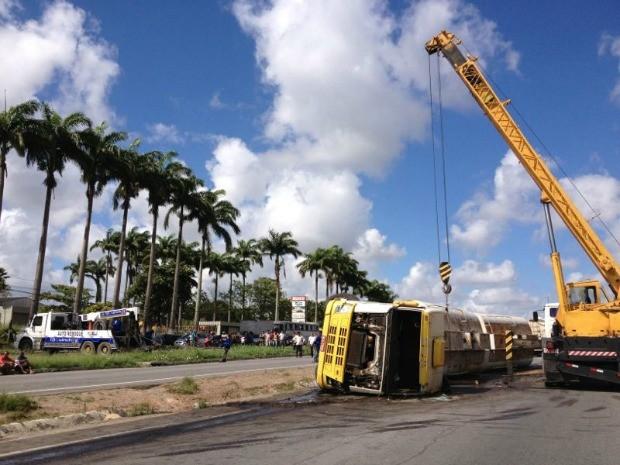 Caminhão-tanque carregado de óleo vegetal que capota na BR-232 é retirado pelo guincho. (Foto: Kety Marinho/TV Globo)