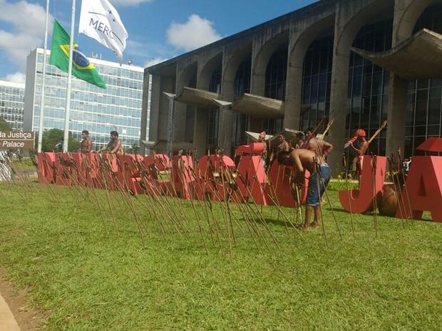 Flechas fincadas em frente a letreiro com a mensagem demarcação já, durante protesto em frente ao Ministério da Justiça na manhã desta terça-feira (29) (Foto: Elielton Lopes/G1)