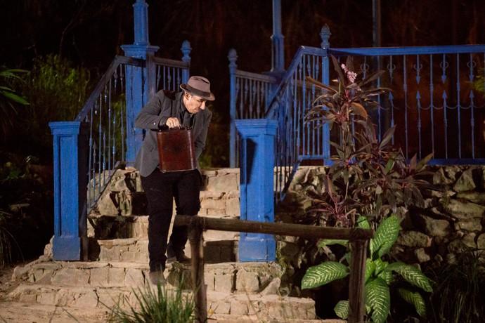 À noite, Alcides volta com um galão de combustível (Foto: Fabiano Battaglin / Gshow)