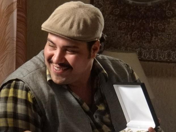 Feliz da vida com o filho, Demir dá um belo colar para Tamar (Foto: Salve Jorge/TV Globo)