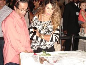 Cantora Elba Ramalho foi ao velório se despedir de Emílio Santiago (Foto: Gabriel Barreira / G1)