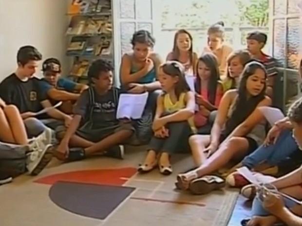 Alunos desenvolvem canto em língua estrangeira (Foto: Reprodução/TV TEM)