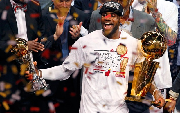 Basquete NBA - Miami Heat x San Antonio Spurs - LeBron James taças (Foto: Reuters)