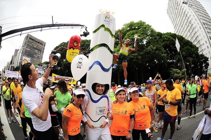 São Silvestre 2015 em São Paulo - atletismo corrida de rua - corredor se fantasia de tocha olímpica (Foto: Marcos Ribolli)