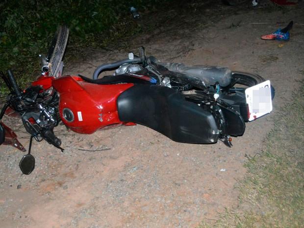 Motocicleta da vítima ficou destruída  (Foto: Blogbraga/Repórter Guilherme Maciel)