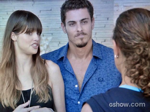 Murilo e Giselle fingem que acreditam na boa vontade de Branca (Foto: Em Família/ TV Globo)