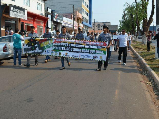 Alunos percorreram ruas da cidade de Cacoal (Foto: Magda Oliveira/G1)