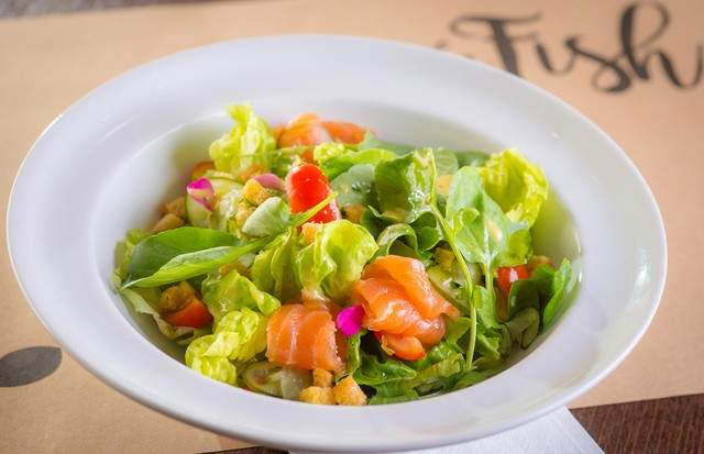 Salada leva salmão curado (Foto: Divulgação)