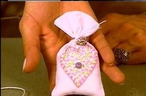 Saiba como fazer um sachê para gavetas e dê como lembrancinha de maternidade (Foto: Mais Você / TV Globo)