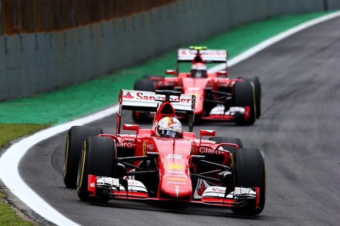 As Ferrari de Sebastian Vettel e Kimi Raikkonen na pista de Interlagos (Foto: Getty Images)