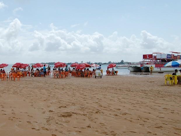 Barcos-bares servem os visitantes da ilha de Areia Vermelha (Foto: Krystine Carneiro/G1)