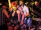 Ex-panicats Renata Molinaro e Thaís Bianca rebolam muito em festa no Rio