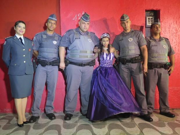 Aniversariante fez questão de tirar fotos com amigos policiais (Foto: Orion Pires/G1)