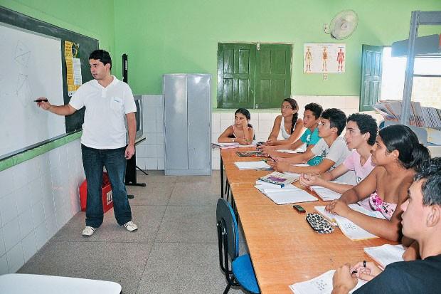 PARADOXO Aula do professor Antonio Amaral, em  Cocal dos Alves,  no Piauí. A cidade  é a melhor do país  nas Olimpíadas  de Matemática, mas  tem a segunda maior  taxa de repetência  (Foto: Efrém Ribeiro/JMN)