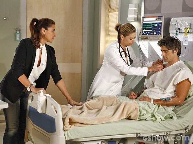 Cadu fica desanimado ao descobrir diagnóstico com Silvia e Clara dá apoio (Foto: Inácio Moraes/ TV Globo)