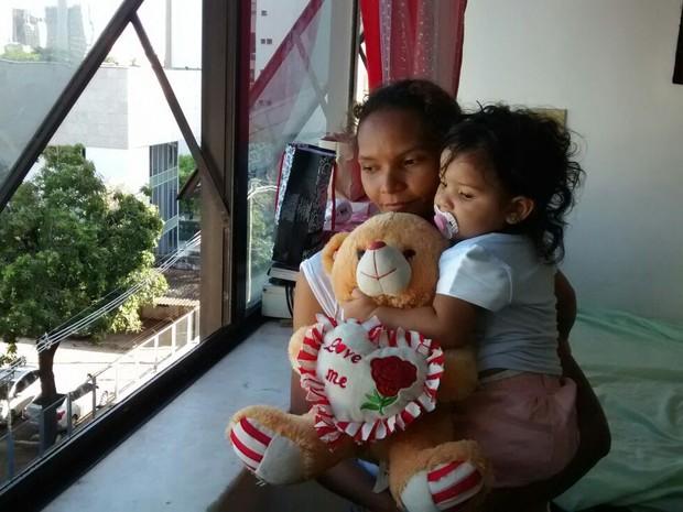 """Janela de onde criança caiu fica ao lado da mãe: """"Foi coisa de um minuto"""", diz mãe (Foto: Elias Bruno/G1)"""