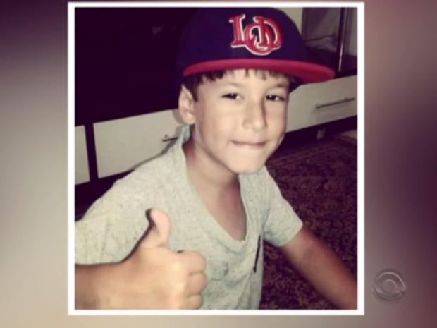 Matheus, de 6 anos, foi atingido por bala perdida quando caminhava com a avó pela rua (Foto: Reprodução/RBSTV)