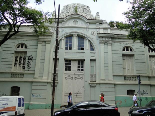 Fachada da Escola Estadual Barão do Rio Branco, na Avenida Getúlio Vargas, na Savassi, que passará por grande reforma. (Foto: Cristina Moreno de Castro/G1)
