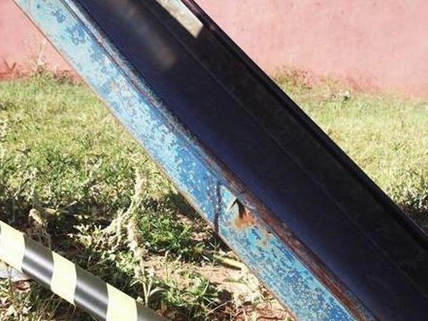 Foto mostra que o escorregador está quebrado e enferrujado  (Foto: Divulgação/ Ourinhos Notícias )