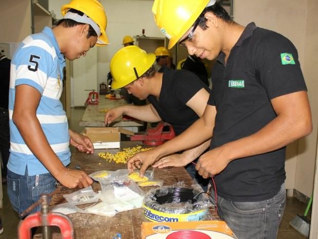 Alunos no curso de eletrotécnica oferecido pelo Senai em Porto Velho (Foto: Ivanete Damasceno/G1)