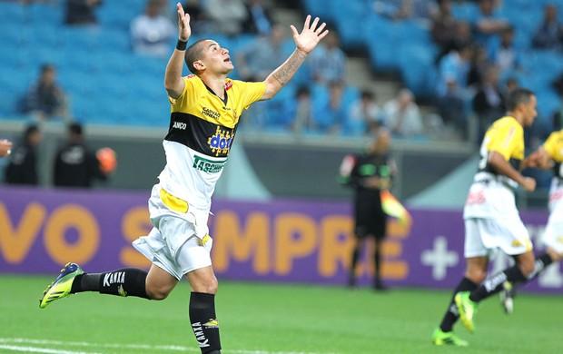 Wellington Paulista comemora gol do Criciuma contra o Grêmio (Foto: Gustavo Granata / Agência estado)