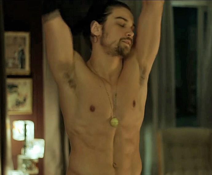 Leo faz striptease para Fanny (Foto: TV Globo)