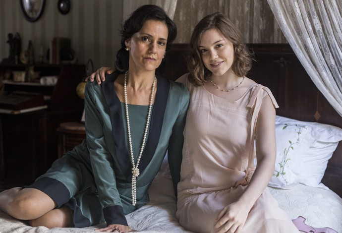 Lavínia interpreta Iolanda, mãe puritana e conservadora de personagem de Alice Wegmann (Foto: Inácio Moraes/Gshow)