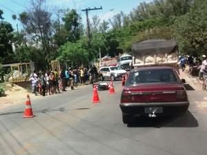 Acidente entre moto e caminhão deixou trânsito tumultuado em Divinópolis (Foto: PM/Divulgação)