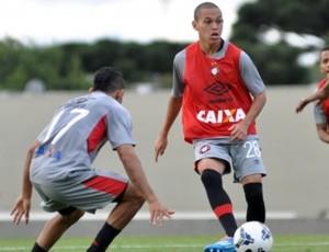Meia Marcos Guilherme do Atlético-PR (Foto: Site oficial do Atlético-PR/Divulgação)