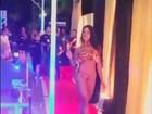 Aline Riscado chupa picolé em desfile de biquíni e fãs se derretem por ela