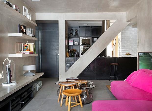 studio roca, apartamento, mesinha, industrial, sofá rosa (Foto: Denilson Machado/Editora Globo)