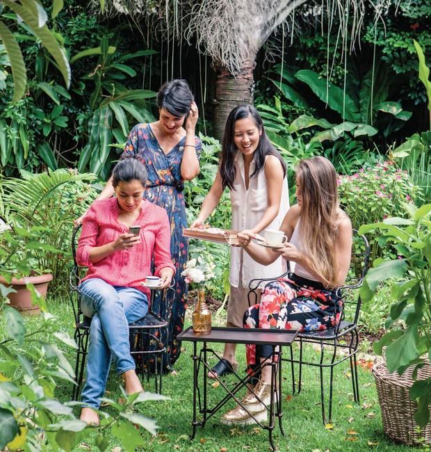 """Elke, Camila, Lili e Renata conferem os cliques do dia: """"Os encontros são uma oportunidade de sairmos do virtual para interagirmos de verdade"""", diz Camila. Cadeiras e mesa Santa Festa (Foto: Lufe Gomes / Editora Globo)"""