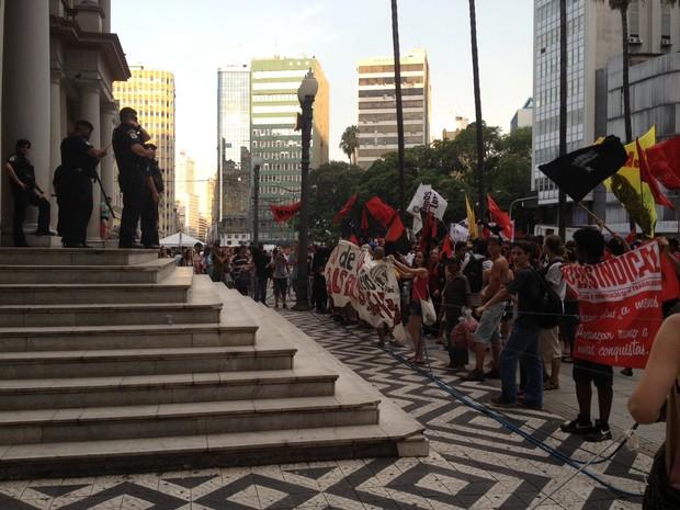 Guardas municipais protegem o Centro da Prefeitura (Foto: Vinícius Rebello/G1)