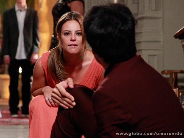 ELe vê no semblante da irmã o que nunca viu em toda a vida... (Foto: Ellen Soares / TV Globo)
