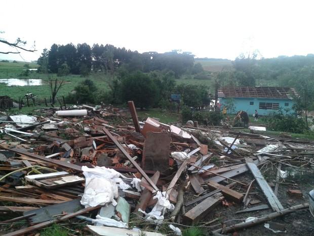 Ventania causou destruição na localidade de Monte Alegre, interior de Chapecó (Foto: Isabel Malheiros/RBS TV)