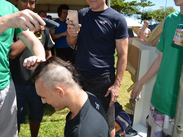 Recepção teve corte de cabelo para calouros que toparam a brincadeira (Foto: Kalinka Bacacicci/G1)
