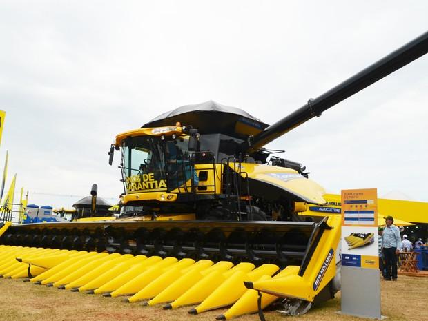 Colheitadeira de grãos pode percorrer terrenos inclinados sem reduzir a velocidade (Foto: Adriano Oliveira/G1)