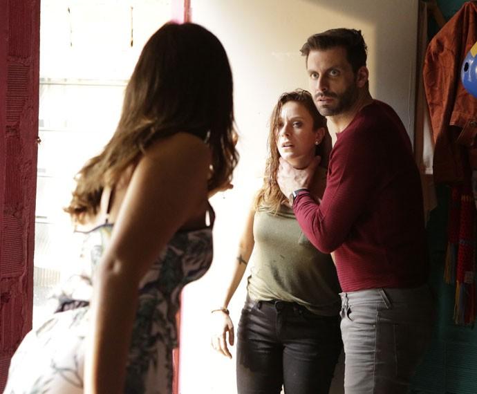 Mari tenta impedir que Gabo faça mal a Ximena (Foto: Felipe Monteiro/Gshow)