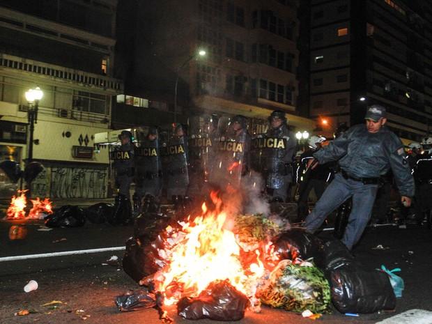 Manifestantes colocaram fogo em lixo durante protesto no centro de SP (Foto: Gabriela Biló/Futura Press)