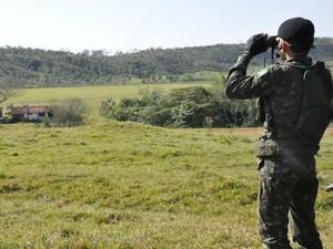 Militar usa binóculo durante monitoramento a distância (Foto: Gabriela Pavão/ G1MS)