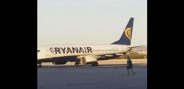 Homem corre no aeroporto de Madri (Foto: Reprodução)