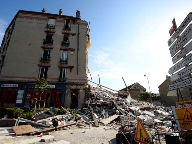 Prédio desabou em Rosny-sous-Bois neste domingo (31) após explosão; causa ainda não foi determinada (Foto: AFP PHOTO / BERTRAND GUAY)
