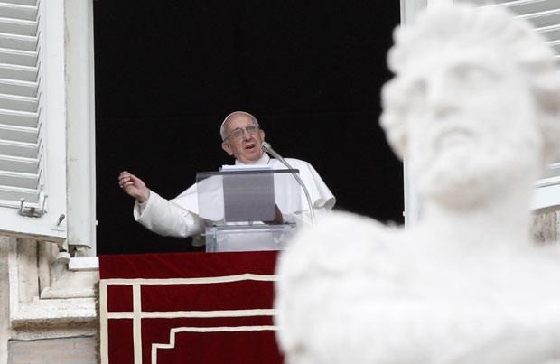 O Papa Francisco neste domingo (26) durante o Angelus (Foto: AP)