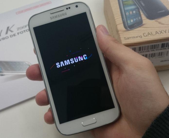 Ligando o Galaxy K Zoom, da Samsung (Foto: Pedro Zambarda/TechTudo)