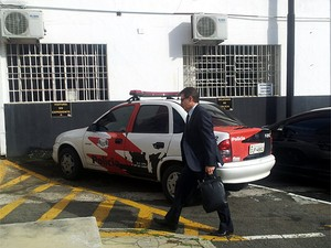 O delegado José Carlos Fernandes chega à Delegacia Seccional de Campinas (Foto: Anaísa Catucci/G1)